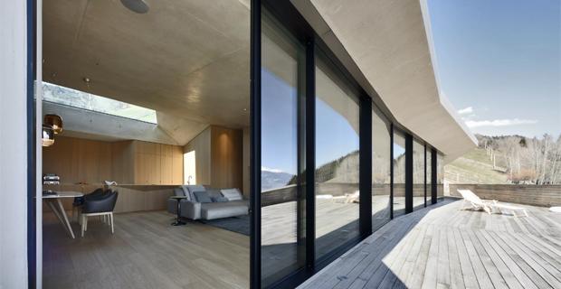 Costruire nella roccia per preservare il paesaggio: la villa ipogea sulle Dolomiti