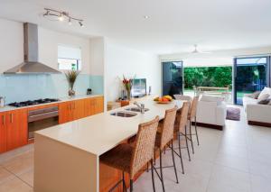 Cucina e soggiorno in un ambiente unico: alcuni trucchi per aumentare lo spazio in casa